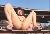 img 5b0c90229acf0 - 【露出】【潮吹き】コート1枚着た女性が公園に居る人に裸を見せたり、ベンチで潮吹きしたり。